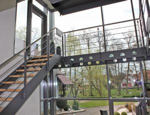 Alu-Wintergarten mit Stahltreppe