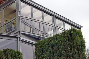 Doppelstöckiger Wintergarten mit gebogenem Geländer