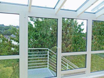 Gitterrost-Stahltreppe als Austritt mit Geländer