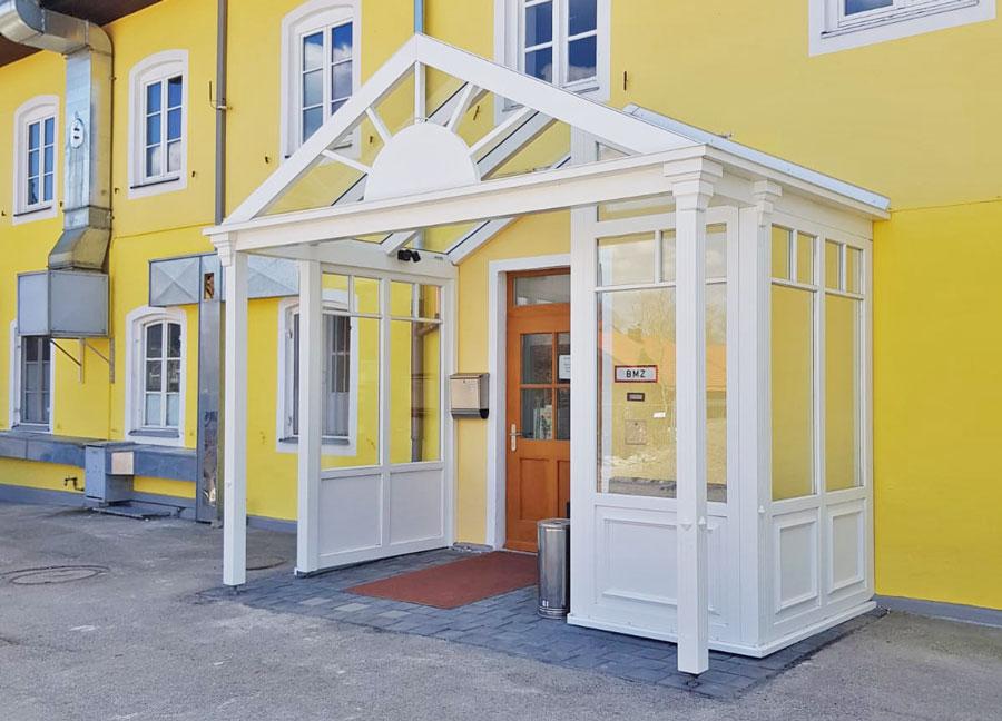 Hauseingang im englisch-viktorianischen Stil, Landhotel & Gasthof Baiernrain